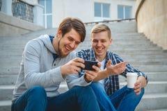 Deux jeunes hommes s'asseyant sur les étapes Photos stock