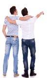 Deux jeunes hommes se dirigeant au somethin Image libre de droits