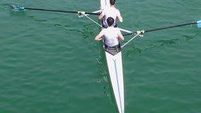 Deux jeunes hommes sur l'aviron, vidéo animée lente banque de vidéos