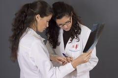 Deux jeunes infirmières Image libre de droits
