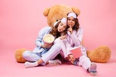 Deux jeunes jolies filles habillées dans des pyjamas Photos stock