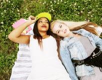 Deux jeunes jolis meilleurs amis de filles d'adolescent s'étendant sur des valeurs maximales de concentration au poste de travail Photos libres de droits