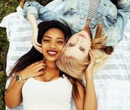 Deux jeunes jolis meilleurs amis de filles d'adolescent s'étendant sur des valeurs maximales de concentration au poste de travail Photographie stock
