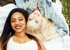 Deux jeunes jolis meilleurs amis de filles d'adolescent s'étendant sur des valeurs maximales de concentration au poste de travail Images libres de droits