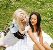 Deux jeunes jolis meilleurs amis de filles d'adolescent s'étendant sur des valeurs maximales de concentration au poste de travail Photographie stock libre de droits