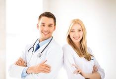 Deux jeunes médecins attirants images stock