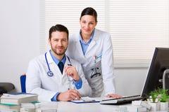 Deux jeunes médecins dans le manteau blanc photos stock