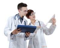 Deux jeunes médecins discutent les résultats de l'électrocardiogramme Photos libres de droits