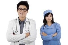 Deux jeunes médecins sûrs image stock