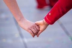 Deux jeunes mains se tenantes Image libre de droits