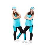 Deux jeunes majorettes professionnelles posant au studio Image stock