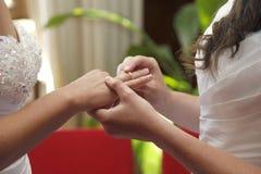 Deux jeunes mariées obtenant les anneaux mariés d'échange Photo stock