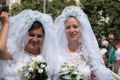 Deux jeunes mariées participant à la fierté de Prague - un grandes gai et lesbienne p Image libre de droits