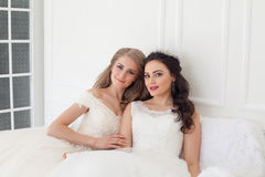 Deux jeunes mariées sur le mariage épousant l'amie blonde de brune Photos libres de droits