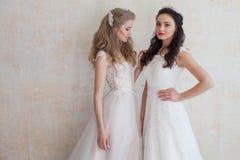 Deux jeunes mariées sur le mariage épousant la brune blonde Images stock