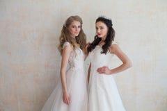Deux jeunes mariées sur le mariage épousant la brune blonde Photos stock