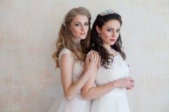 Deux jeunes mariées sur le mariage épousant la brune blonde Photographie stock libre de droits