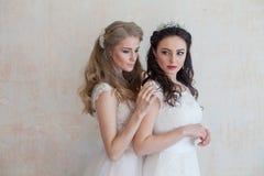 Deux jeunes mariées sur le mariage épousant la brune blonde Photographie stock