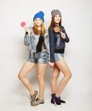 Deux jeunes meilleurs amis de filles de hippie Photographie stock