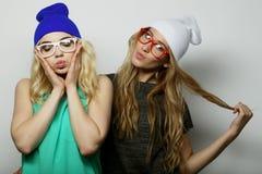 Deux jeunes meilleurs amis de filles de hippie Photo stock