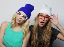Deux jeunes meilleurs amis de filles de hippie Photos stock
