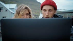 Deux jeunes millennials ind?pendants sur la r?union occasionnelle banque de vidéos