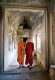 Deux jeunes prêtres bouddhistes à l'intérieur d'Angkor Wat Photo stock