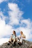 Deux jeunes randonneurs dans le grand à l'extérieur photos stock