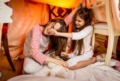 Deux jeunes soeurs ayant un combat dans la chambre à coucher Photographie stock