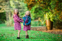 Deux jeunes soeurs caucasiennes photo stock