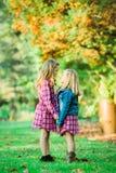 Deux jeunes soeurs caucasiennes photographie stock libre de droits