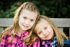 Deux jeunes soeurs caucasiennes photo libre de droits