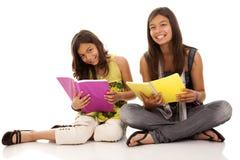 Deux jeunes soeurs d'étudiant Photographie stock