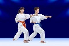 Deux jeunes sportives forment le bras de poinçon Photo stock
