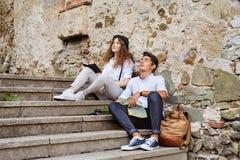 Deux jeunes touristes avec la carte dans la vieille ville Image libre de droits