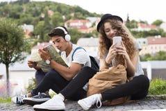 Deux jeunes touristes avec le smartphone dans la vieille ville Images libres de droits