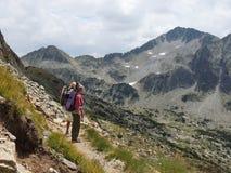 Deux jeunes touristes hauts dans la montagne Images libres de droits