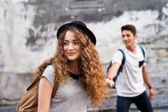 Deux jeunes touristes sont dans l'amour dans la vieille ville Photos libres de droits