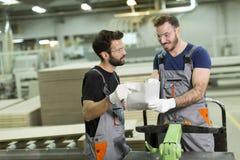 Deux jeunes travailleurs dans l'industrie ont lu le document photo libre de droits