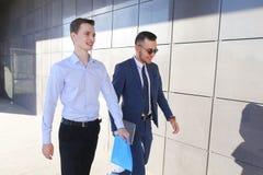 Deux jeunes types beaux rencontrés, vont discuter l'issu important Images libres de droits
