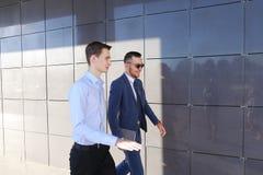 Deux jeunes types beaux rencontrés, vont discuter l'issu important Photographie stock libre de droits