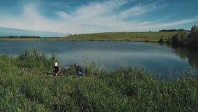 Deux jeunes types pêchent banque de vidéos