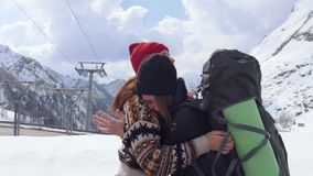 Deux jeunes voyageurs enthousiastes de femmes regardant autour les dolomites et heureusement en étreignant et en sautant clips vidéos