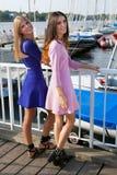Deux jolies étudiantes se reposant sur la couchette de mer image libre de droits