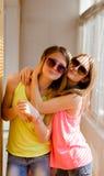 Deux jolies adolescentes heureuses dans des lunettes de soleil Photo libre de droits
