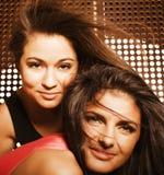 Deux jolies amies à la partie Image stock