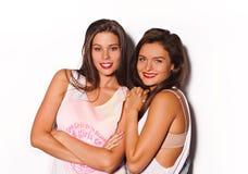 Deux jolies amies ayant l'amusement Images libres de droits