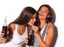 Deux jolies amies ayant l'amusement Photographie stock libre de droits