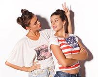 Deux jolies amies ayant l'amusement Photo libre de droits