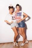 Deux jolies amies ayant l'amusement Photo stock
